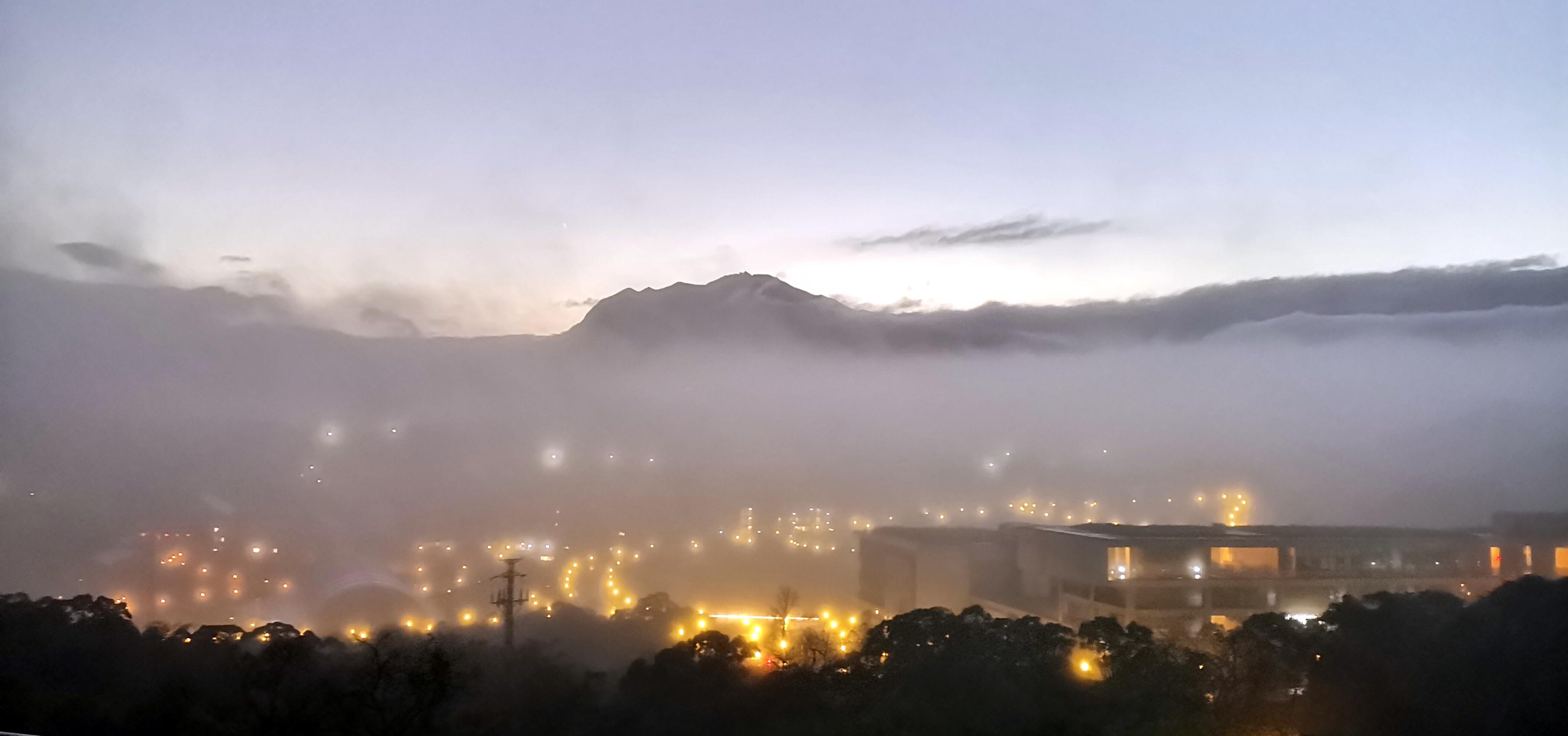 97霧瀰漫、夜朦朧 ,燈火闌珊處;人寂寥、心閑靜,  獨偊環山路。